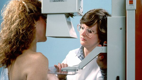 Диагностика женской молочной железы на маммографе - Sputnik Ўзбекистон
