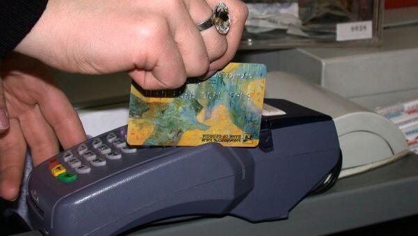 Oplata pokupki cherez terminal plastikovoy bankovskoy kartoy - Sputnik Oʻzbekiston