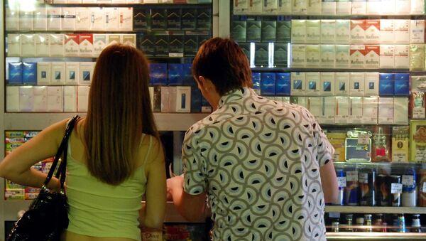 Молодые люди выбирают сигареты в табачном ларьке - Sputnik Узбекистан