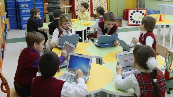 Первоклассники на компьютерных занятиях - Sputnik Узбекистан