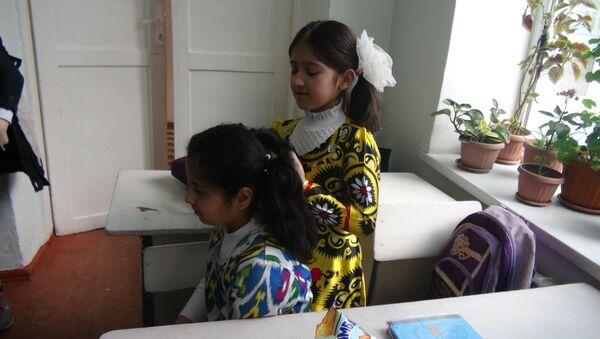 Школьницы Таджикистана в атласе - Sputnik Узбекистан