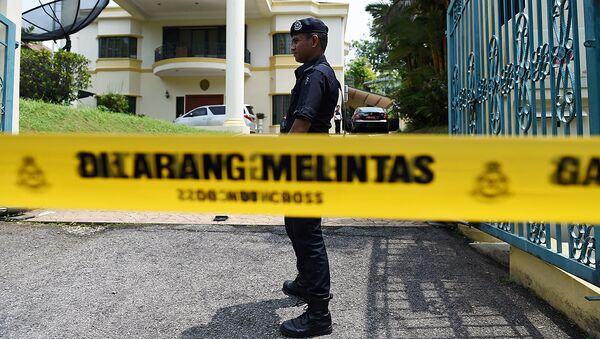 Малайзия полицияси ходими КХДР элчихонаси олдида - Sputnik Ўзбекистон