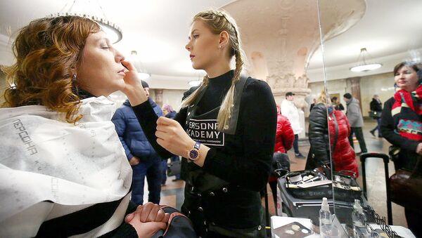 Визажист делает макияж - Sputnik Узбекистан
