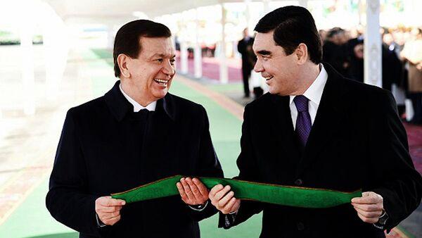 Oʻzbekiston prezidenti Shavkat Mirziyoyev(chapda) va Turkmaniston prezidenti Gurbanguli Berdimuhammedov - Sputnik Oʻzbekiston