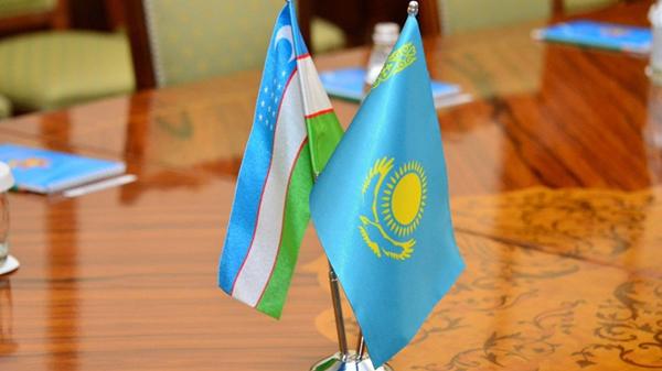 Флаги Узбекистана и Казахстана - Sputnik Ўзбекистон