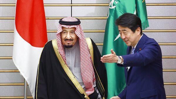 Yaponiya bosh vaziri Sindzo Abe Saudiya Arabistoni ыiroli Salman ibn Abdel Aziza al-Saudni kutib olmoqda - Sputnik Oʻzbekiston