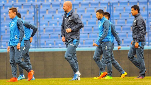 Сборная Узбекистана по футболу во время тренировки - Sputnik Ўзбекистон