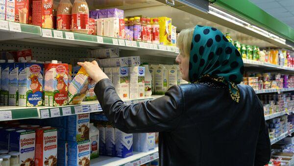Женщина выбирает молоко в одном из магазинов - Sputnik Ўзбекистон