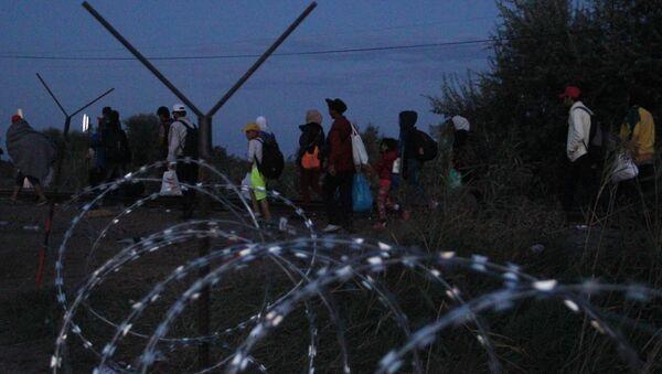 Беженцы на венгерской границе - Sputnik Узбекистан