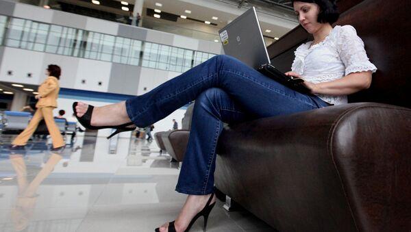 Девушка работает с ноутбуком - Sputnik Узбекистан