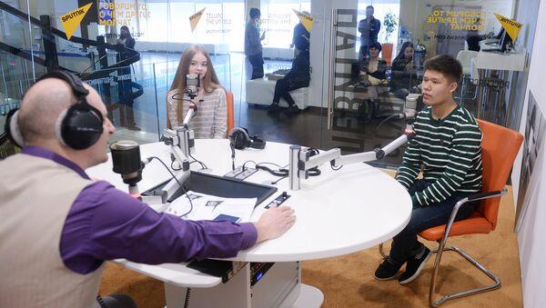 Анастасия Кравченя из Беларуси и Владислав Лоскутов из Казахстана в студии радио Sputnik - Sputnik Узбекистан