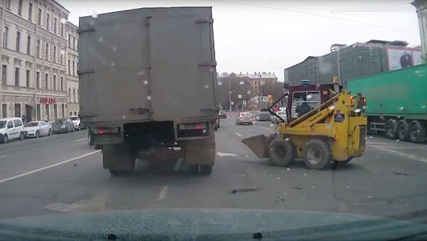 Мини-погрузчик на дороге - Sputnik Узбекистан