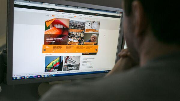 Пользователь читает новости на портале Sputnik Литва - Sputnik Узбекистан