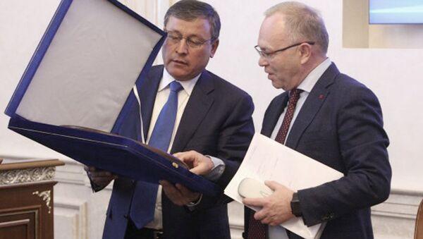 Хоким Андижанской области Шухратбек Абдурахмонов (слева) - Sputnik Ўзбекистон