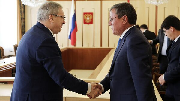 Gubernator Krasnoyarskogo kraya Viktor Tolokonskiy i xokim Andijanskoy oblasti Shuxratbek Abduraxmonov - Sputnik Oʻzbekiston