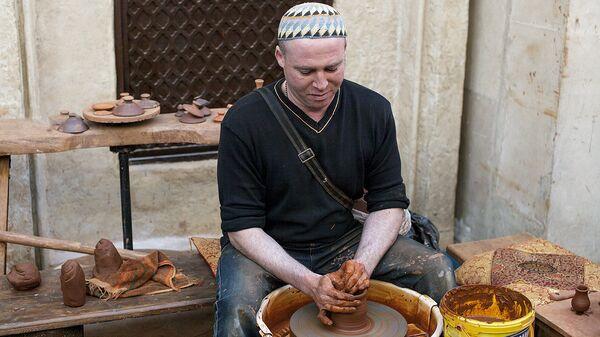 Гончар делает вазу во время праздника Навруз в туристическом комплексе Этномир - Sputnik Узбекистан