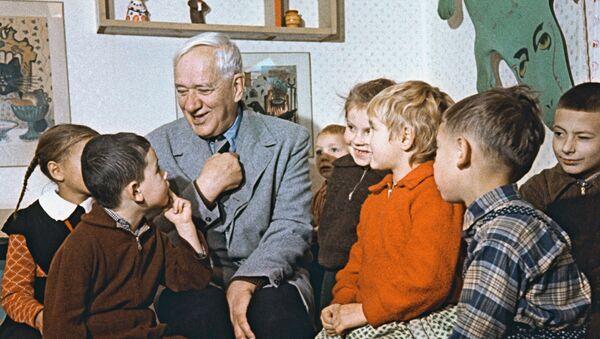 Писатель К.Чуковский с детьми - Sputnik Узбекистан