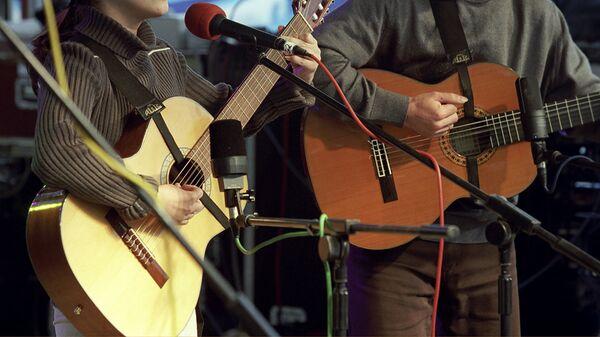 Барды во время выступления на фестивале авторской песни - Sputnik Узбекистан