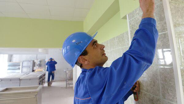Рабочий во время подготовки школы к занятиям - Sputnik Ўзбекистон
