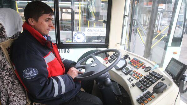 Voditel avtobusa, arxivnoye foto - Sputnik Oʻzbekiston