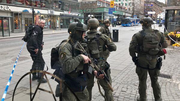 Сотрудники полиции и спецслужб в Стокгольме, где произошел теракт - Sputnik Ўзбекистон