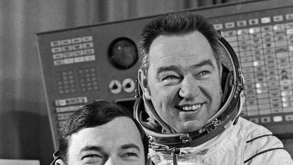 Yuriy Romanenko i Georgiy Grechko - Sputnik Oʻzbekiston