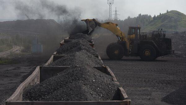 Погрузка угля в вагоны на каменноугольном разрезе - Sputnik Узбекистан
