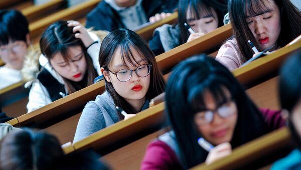 Студенты во время лекции - Sputnik Узбекистан