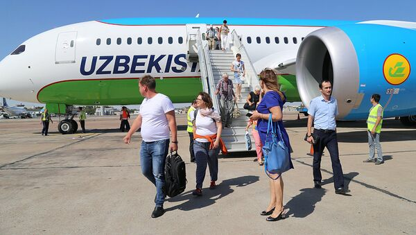 Пассажиры выходят из самолета узбекских авиалиний - Sputnik Узбекистан