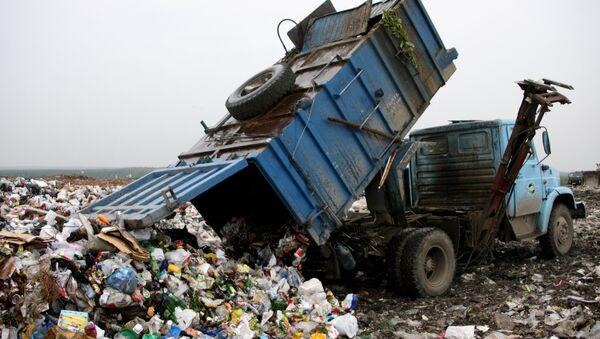 Работа ЕМУП Спецавтобаза в Екатеринбурге по утилизации бытовых отходов - Sputnik Ўзбекистон