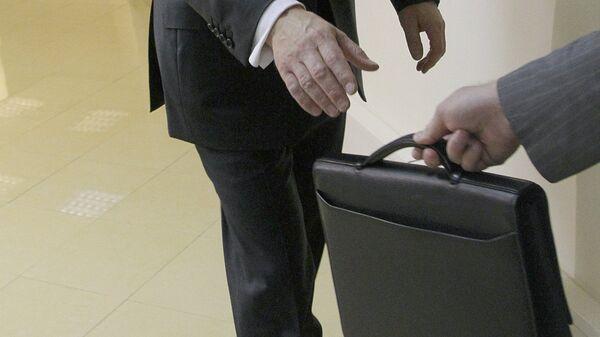 Передача портфеля из рук в руки - Sputnik Ўзбекистон