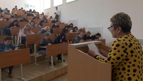 Преподаватель читает лекцию студентам - Sputnik Ўзбекистон