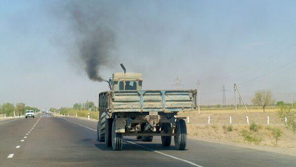 Traktor na avtomobilnoy trasse - Sputnik Oʻzbekiston