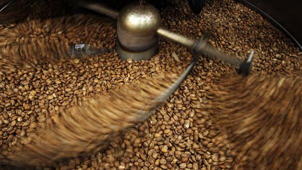 Кофейные зерна после процесса обжарки - Sputnik Узбекистан