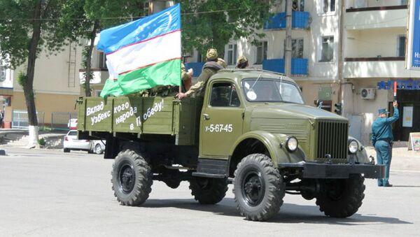 Министерство обороны Республики Узбекистан  устроила акцию в рамках организованного автопробега колонны автомобилей военного времени - Sputnik Ўзбекистон