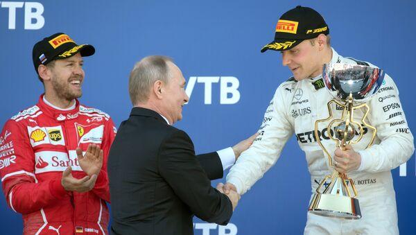Президент РФ В. Путин посетил гонки российского этапа чемпионата мира Формулы-1 в Сочи - Sputnik Ўзбекистон