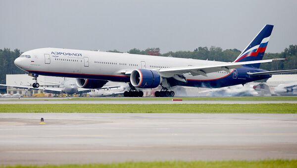 Самолет Boeing 777-300ER компании Аэрофлот приземляется в международном аэропорту Шереметьево - Sputnik Узбекистан
