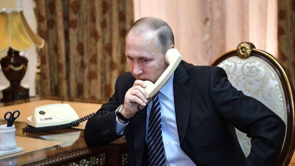 Prezident RF Vladimir Putin vo vremya telefonnogo razgovora - Sputnik Oʻzbekiston