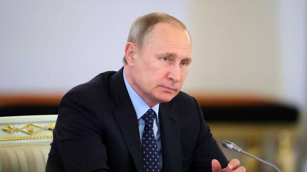 Президент РФ В. Путин провел совместное заседание Госсовета и Комиссии по мониторингу достижения целевых показателей социально-экономического развития страны - Sputnik Узбекистан