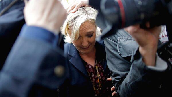 Кандидат в президенты Франции Марин Ле Пен, окруженная телохранителями - Sputnik Узбекистан