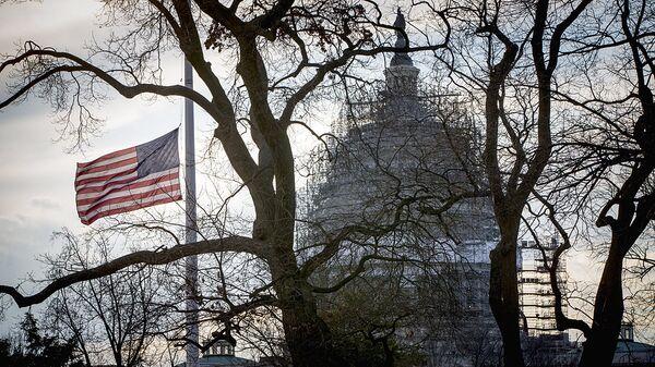Американский флаг перед Капитолием в Вашингтоне - Sputnik Ўзбекистон
