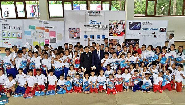 Президент AIBA посетил в детский тренировочный центр по боксу - Sputnik Ўзбекистон