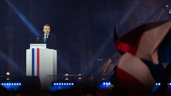 Лидер движения En Marche Эммануель Макрон, победивший на президентских выборах во Франции, во время своей победной речи перед Лувром в Париже. - Sputnik Узбекистан