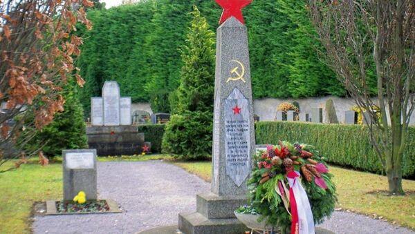 Memorial sovetskomu soldatu na tsentralnom kladbiщe v vene - Sputnik Oʻzbekiston