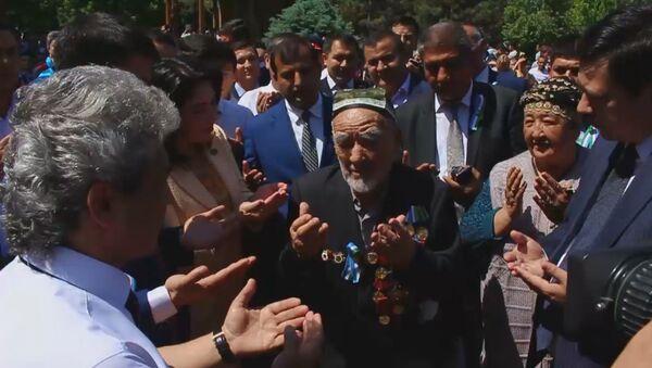 Ташкентцы возложили цветы к мемориалу Скорбящая мать - Sputnik Узбекистан