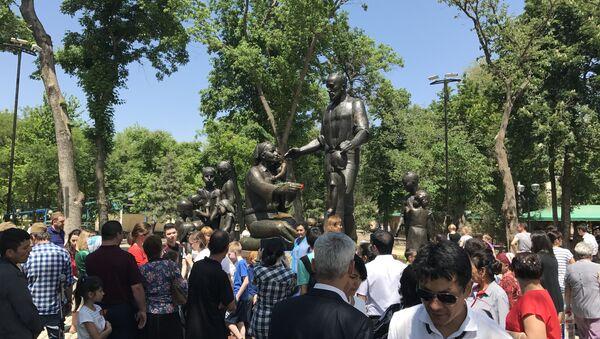 Монумент семье Шамахмудовых в Саду дружбы - Sputnik Узбекистан