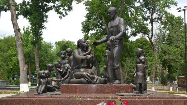 Монумент семье Шамахмудовых в Саду дружбы - Sputnik Ўзбекистон