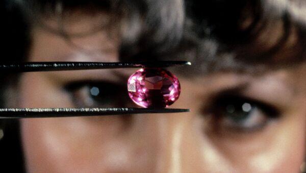 Инженер Ирина Василенко определяет качество огранки рубина - Sputnik Узбекистан