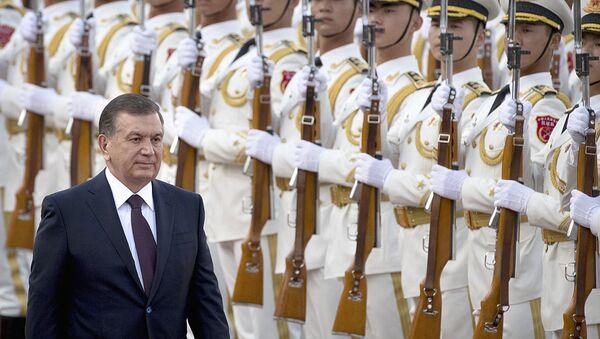 Президент Узбекистана Шавкат Мирзиёев проходит мимо почетного караула во время церемонии приветствия в Пекине - Sputnik Узбекистан