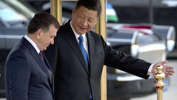 Predsedatel KNR Si Tszinpin i prezident Uzbekistana Shavkat Mirziyoyev vo vremya tseremonii privetstviya v Pekine - Sputnik Oʻzbekiston